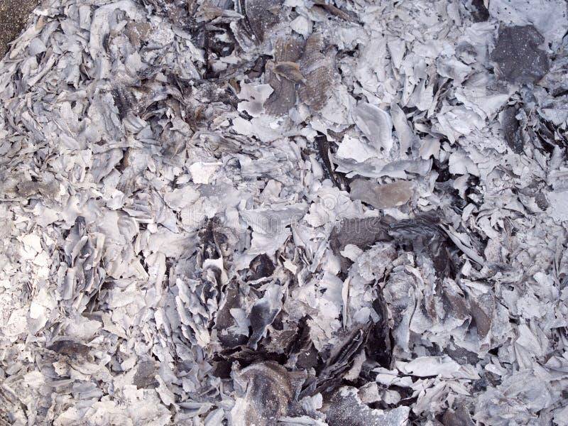 Τέφρες και σκωρίες από το κάψιμο εγγράφου χρημάτων φαντασμάτων για τον πρόγονο στο κινεζικό νέο έτος στοκ εικόνα