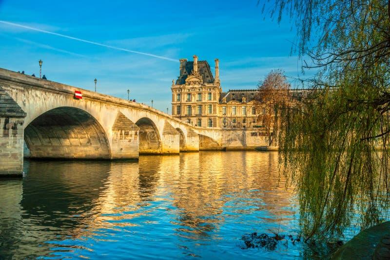 Τέχνες μουσείων και Pont του Λούβρου ses, Παρίσι στοκ φωτογραφίες με δικαίωμα ελεύθερης χρήσης