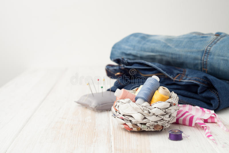 Τέχνες, που ράβουν, ράβοντας στη ράβοντας μηχανή, που ράβει με το χ σας στοκ φωτογραφίες