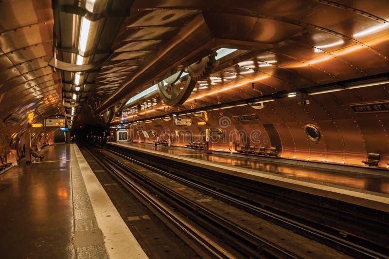 Τέχνες et πλατφόρμα σταθμών μετρό Metiers που καλύπτεται από τα φύλλα χαλκού στο Παρίσι στοκ φωτογραφία