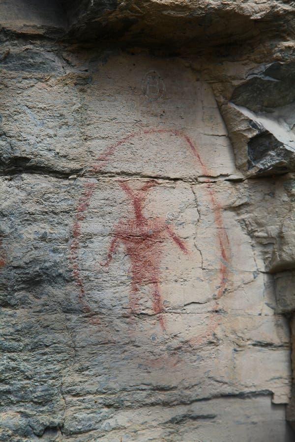 Τέχνη βράχου της αρχαίας ύπαρξης στον κύκλο στοκ εικόνα