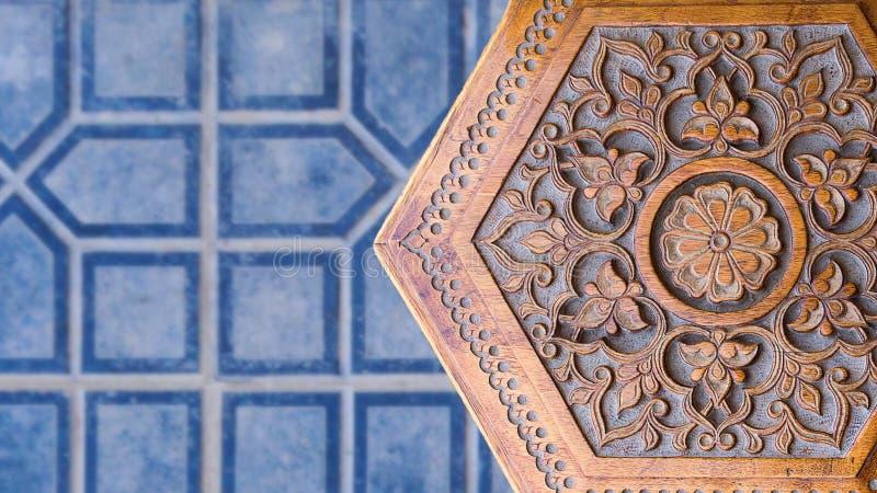 τέχνη ισλαμική Ξύλινο σκαμνί με τη Μεσο-Ανατολική ισλαμική του Ουζμπεκιστάν διακόσμηση Χειροποίητη ξύλινη καρέκλα που γίνεται από στοκ εικόνα