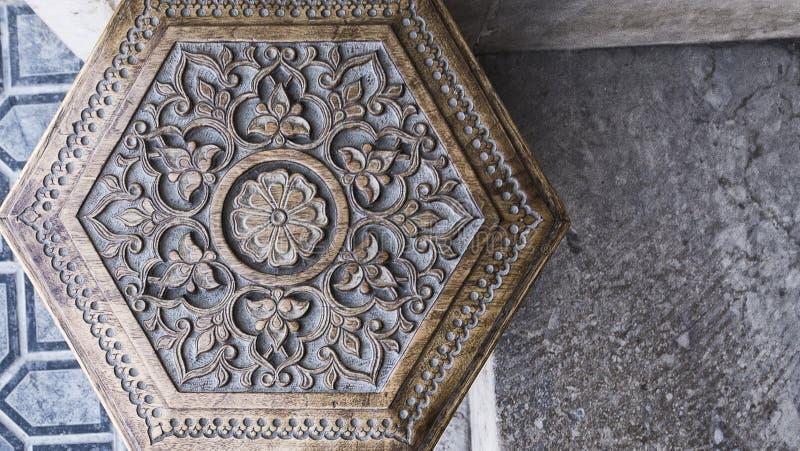 τέχνη ισλαμική Ξύλινο σκαμνί με τη Μεσο-Ανατολική ισλαμική του Ουζμπεκιστάν διακόσμηση Χειροποίητη ξύλινη καρέκλα που γίνεται από στοκ φωτογραφία με δικαίωμα ελεύθερης χρήσης