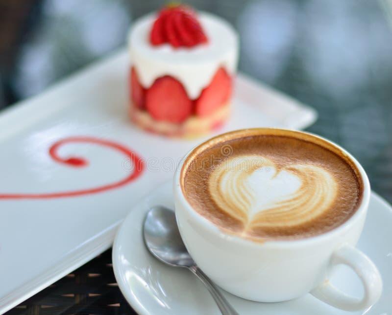 Τέχνη καφέ latte και κέικ φραουλών στοκ εικόνες