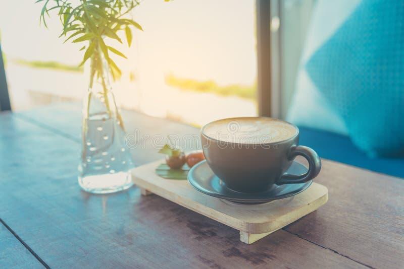 Τέχνη καφέ Latte στο καφετί φλυτζάνι στοκ εικόνα με δικαίωμα ελεύθερης χρήσης