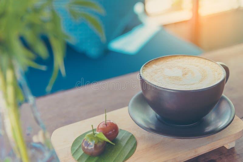 Τέχνη καφέ Latte στο καφετί φλυτζάνι στοκ φωτογραφία με δικαίωμα ελεύθερης χρήσης