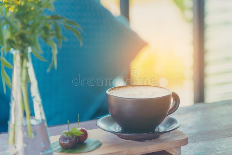 Τέχνη καφέ Latte στο καφετί φλυτζάνι στοκ εικόνες