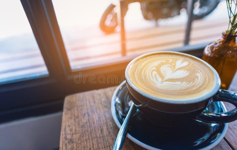 Τέχνη καφέ Latte στο φλυτζάνι στον ξύλινο πίνακα στοκ φωτογραφίες με δικαίωμα ελεύθερης χρήσης