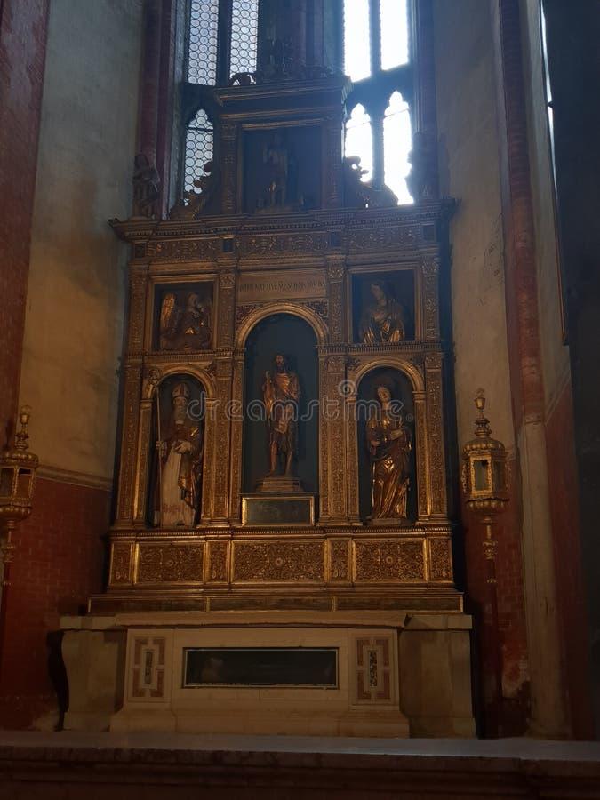 Τέχνη στο frari dei βασιλικών στη Βενετία με την ταφόπετρα διάσημη στοκ εικόνες