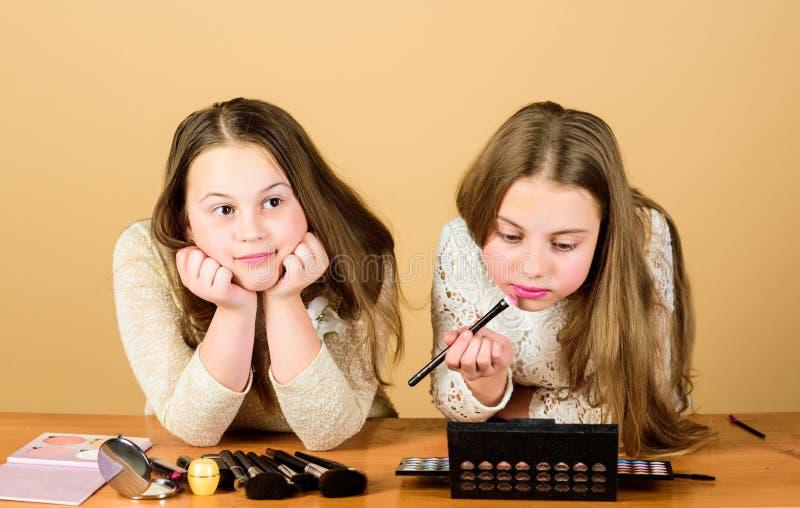 Τέχνη Makeup Ερευνήστε την έννοια τσαντών καλλυντικών Σαλόνι και επεξεργασία ομορφιάς Ακριβώς όπως το παιχνίδι με το makeup Παιδι στοκ εικόνες