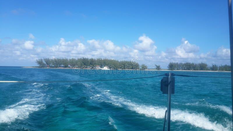 Τέλεια άποψη μιας παραλίας στην απόσταση από μια βάρκα σε Cayo βραδύτατη Κούβα στοκ φωτογραφία