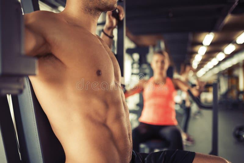 Τέλεια αρσενικά ABS στο αρσενικό γυμνοστήθων στοκ φωτογραφία με δικαίωμα ελεύθερης χρήσης