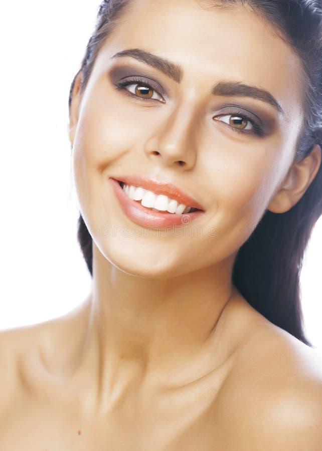 Τέλεια γυναίκα brunette ομορφιάς πραγματική που απομονώνεται στο άσπρο υπόβαθρο που χαμογελά τη στενή επάνω SPA στοκ εικόνα με δικαίωμα ελεύθερης χρήσης