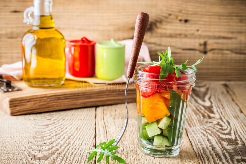 Τέλεια θερινή σαλάτα στο βάζο γυαλιού στοκ εικόνα