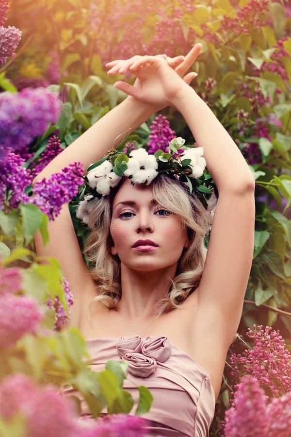 Τέλεια ξανθή γυναίκα με τα ιώδη λουλούδια και το φως του ήλιου υπαίθρια στοκ φωτογραφία με δικαίωμα ελεύθερης χρήσης
