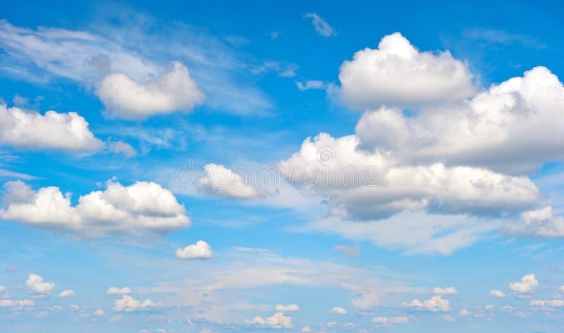 Τέλειος μπλε ουρανός με τα άσπρα σύννεφα στοκ εικόνες
