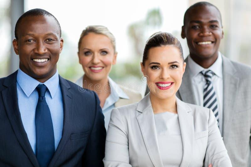 τίναγμα χεριών ομάδας επιχειρηματιών businesspeople στοκ εικόνες