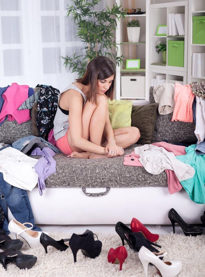Τίποτα για να φορέσει την έννοια, νέα γυναίκα που αποφασίζει τι να βάλει επάνω στοκ φωτογραφία με δικαίωμα ελεύθερης χρήσης