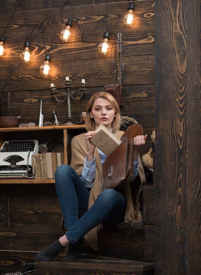 Τίποτα δεν μυρίζει όπως το βιβλίο Εκπαίδευση για τις πληροφορίες Λατρευτός σπουδαστής γυναικών Μελέτη πανεπιστημίου ή φοιτητών πα στοκ φωτογραφίες με δικαίωμα ελεύθερης χρήσης