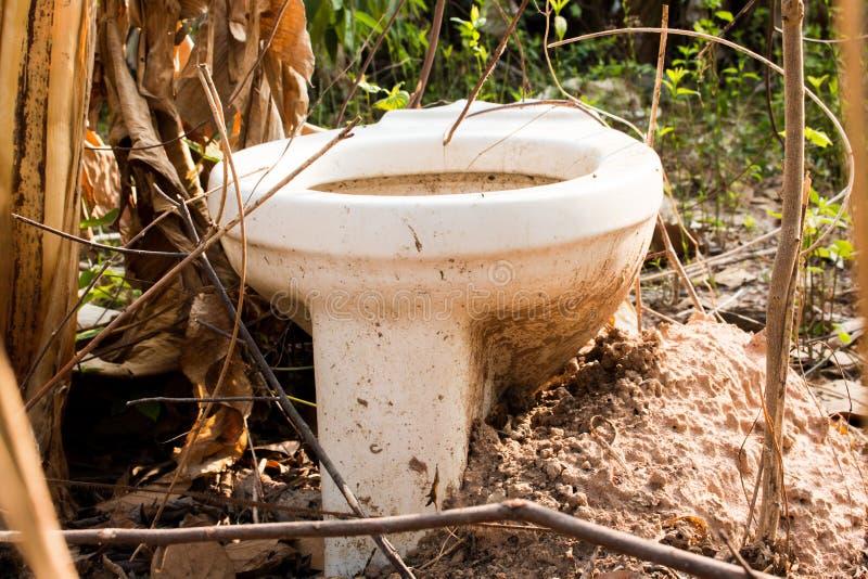 Τίποτα υπαίθρια τουαλέτα στη δασική κάλυψη, τουαλέτα στοκ φωτογραφία με δικαίωμα ελεύθερης χρήσης