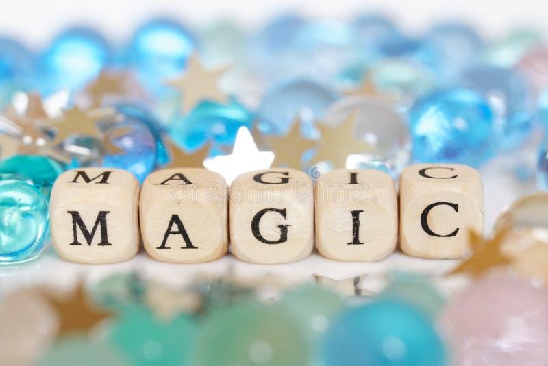 Τίτλος: μαγικός δίπλα στις πολύχρωμα σφαίρες και τα αστέρια πηκτωμάτων - κομφετί Εορταστική εικόνα Αφαίρεση στοκ φωτογραφία με δικαίωμα ελεύθερης χρήσης