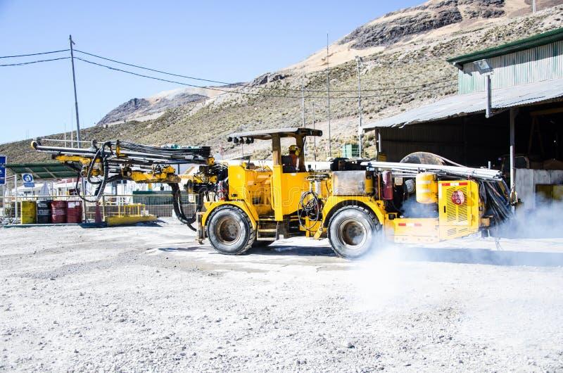 Τίτλος μηχανών ορυχείου στη σπηλιά για την εργασία στοκ εικόνα με δικαίωμα ελεύθερης χρήσης