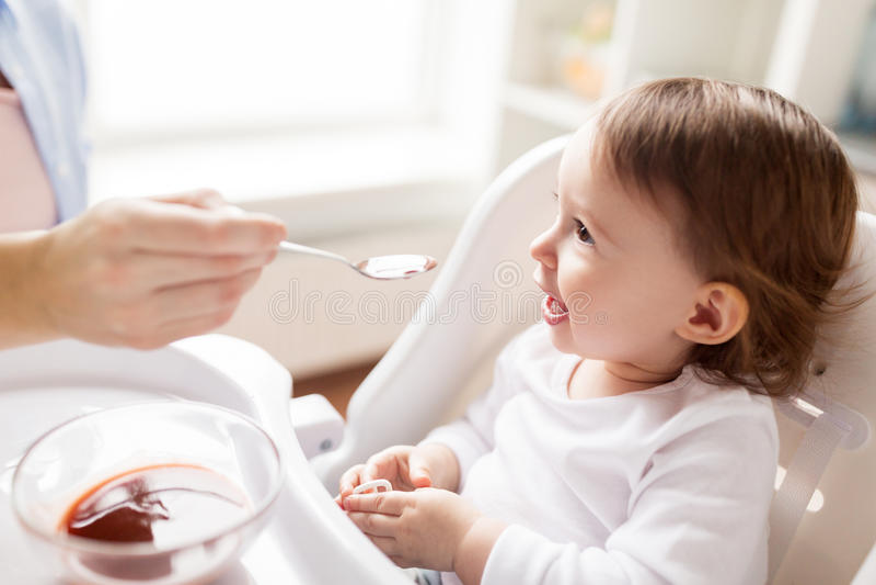 Ταΐζοντας μωρό μητέρων με τον πουρέ στο σπίτι στοκ εικόνες με δικαίωμα ελεύθερης χρήσης