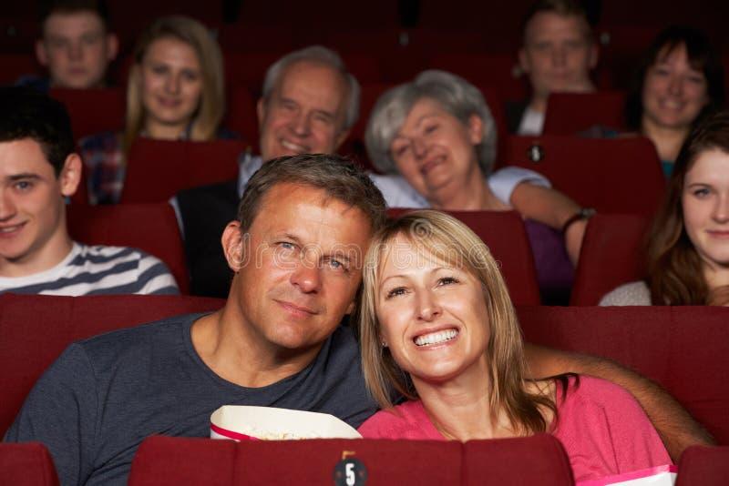 Ταινία προσοχής ζεύγους στον κινηματογράφο στοκ φωτογραφίες