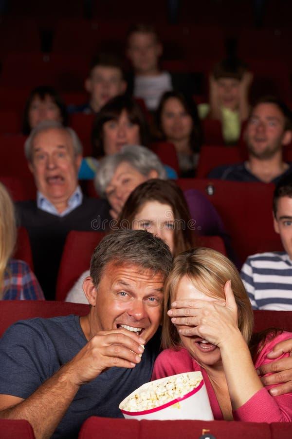 Ταινία προσοχής ζεύγους στον κινηματογράφο στοκ φωτογραφίες με δικαίωμα ελεύθερης χρήσης