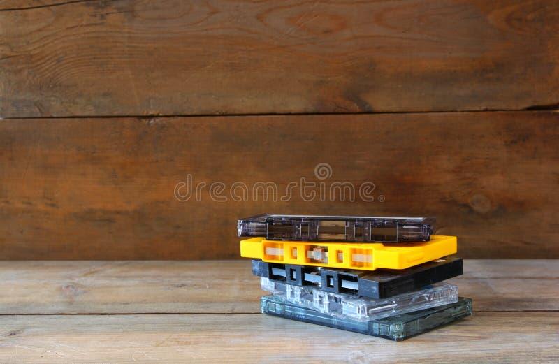 Ταινίες κασετών σωρών πέρα από τον ξύλινο πίνακα αναδρομικό φίλτρο στοκ εικόνα με δικαίωμα ελεύθερης χρήσης
