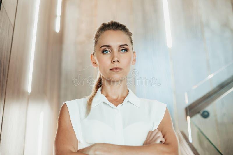 Τακτική γυναίκα που τοποθετεί στο φωτεινό διαμέρισμα στοκ εικόνες