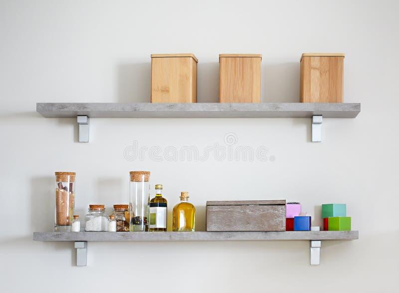 Τακτοποιημένα βάζα με τα διάφορα καρυκεύματα στα ράφια κουζινών στοκ φωτογραφίες με δικαίωμα ελεύθερης χρήσης