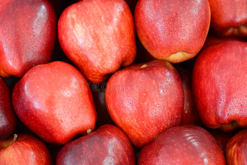 Τακτοποιημένα διπλωμένα κόκκινα μήλα στοκ φωτογραφία με δικαίωμα ελεύθερης χρήσης