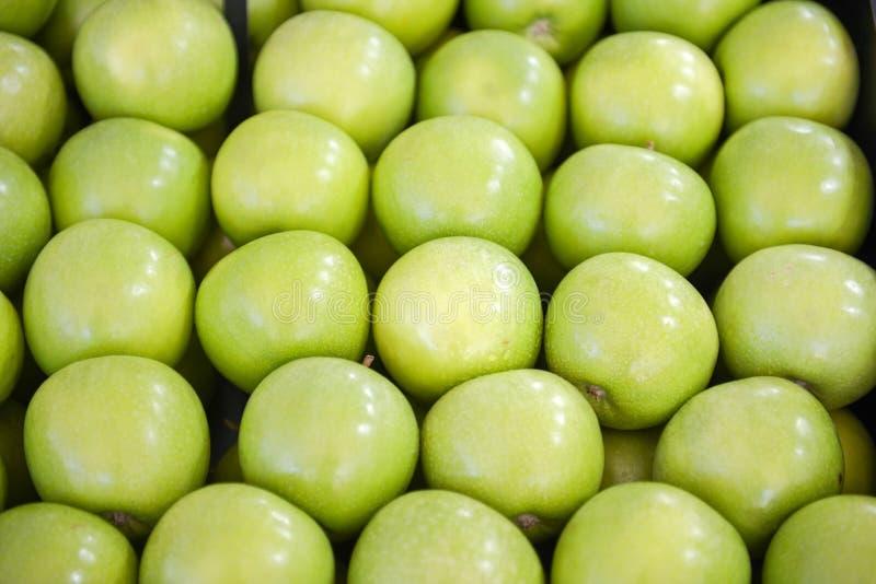 Τακτοποιημένα διπλωμένα πράσινα μήλα στοκ φωτογραφία με δικαίωμα ελεύθερης χρήσης