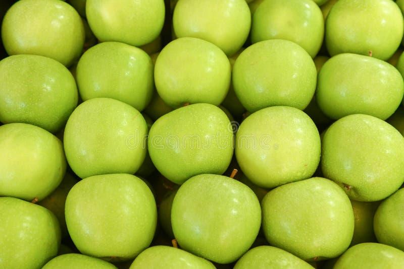 Τακτοποιημένα διπλωμένα πράσινα μήλα στοκ εικόνα