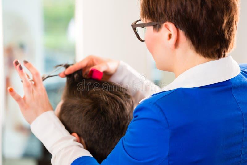Τακτοποιώντας τρίχα ατόμων κομμωτών στο barbershop στοκ φωτογραφία με δικαίωμα ελεύθερης χρήσης