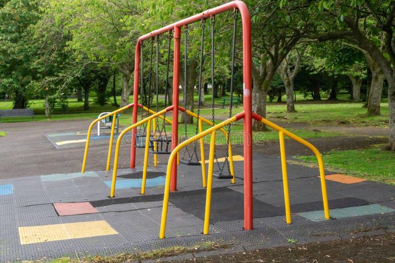 Ταλάντευση παιδιών ` s σε ένα σκωτσέζικο πάρκο στοκ φωτογραφία με δικαίωμα ελεύθερης χρήσης