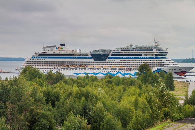ΤΑΛΙΝ, ΕΣΘΟΝΙΑ - 22 ΑΥΓΟΎΣΤΟΥ 2016: Κρουαζιερόπλοιο ντιβών της Aida στο Ταλίν, Eston στοκ εικόνες