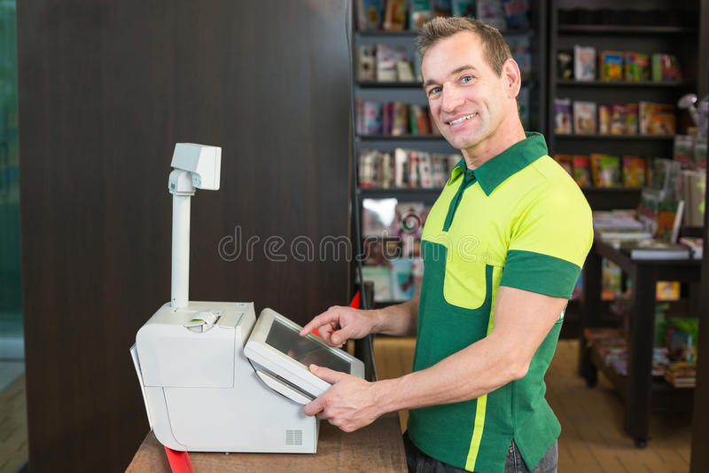 Ταμίας στον κατάλογο μετρητών στο κατάστημα ή το κατάστημα στοκ εικόνες