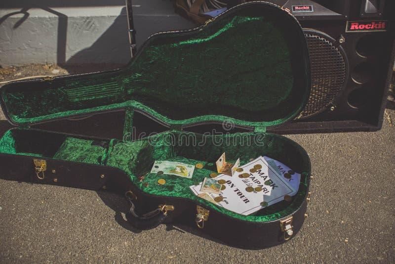 ΤΑΜΕΣΗΣ - 17 ΑΥΓΟΎΣΤΟΥ: Κιβώτιο κιθάρων που ανήκει στο τοπικό σημάδι μουσικών στοκ φωτογραφίες με δικαίωμα ελεύθερης χρήσης