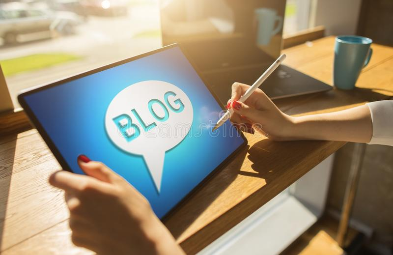 Ταμπλέτα με το κείμενο BLOG η επάνω οθόνη Κοινωνική έννοια δικτύων, επικοινωνίας και μάρκετινγκ Διαδικτύου στοκ φωτογραφίες