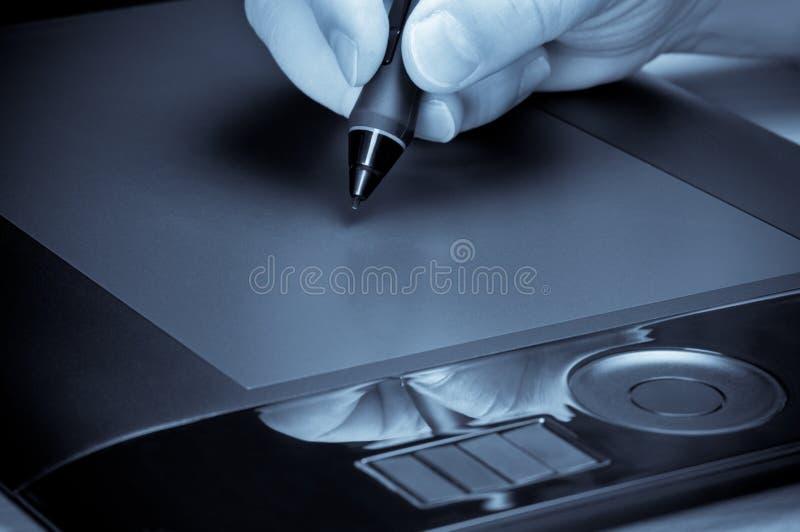 ταμπλέτα πεννών χεριών γραφικής παράστασης σχεδίων στοκ εικόνες με δικαίωμα ελεύθερης χρήσης