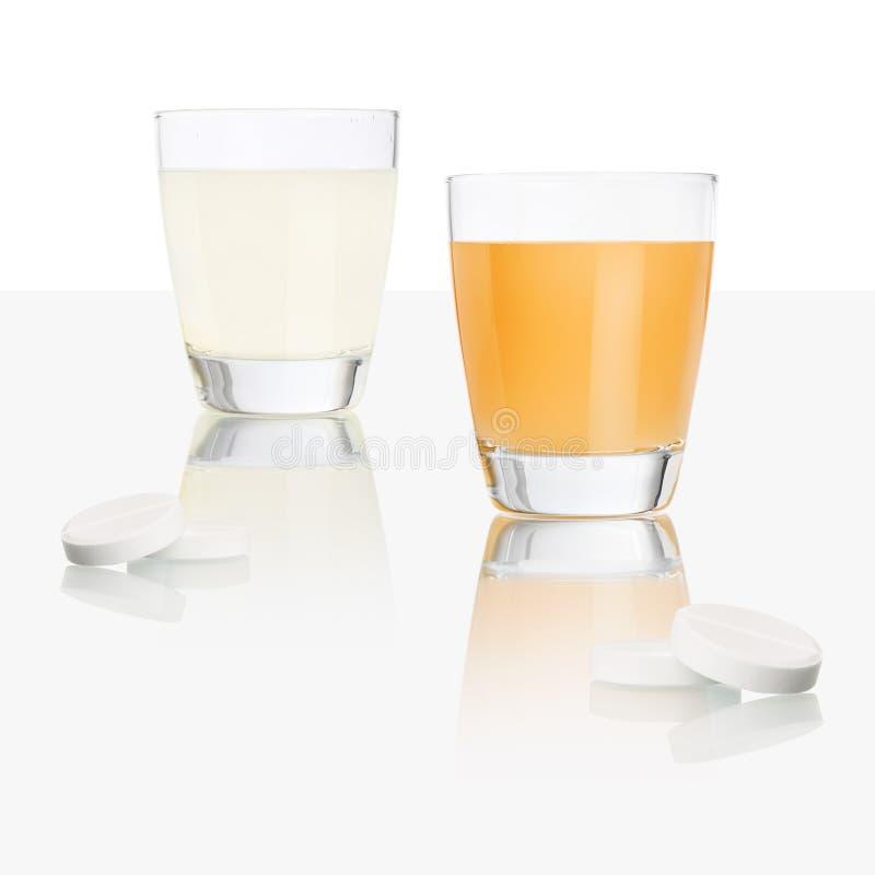 Ταμπλέτες και γυαλί της aspirin που απομονώνονται στον πίνακα, την βιταμίνη C πορτοκαλιών και λεμονιών, το κρύο και την έννοια θε στοκ εικόνα
