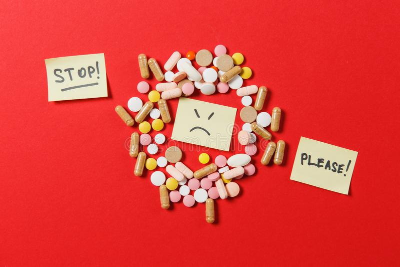 Ταμπλέτες φαρμάκων στο υπόβαθρο χρώματος Έννοια της υγείας, θεραπεία, επιλογή, υγιής τρόπος ζωής στοκ φωτογραφίες με δικαίωμα ελεύθερης χρήσης