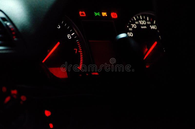 Ταμπλό αυτοκινήτων με τα όμορφα άσπρα ελαφριά και κόκκινα βέλη στοκ φωτογραφίες