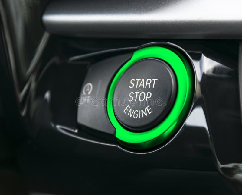 Ταμπλό αυτοκινήτων με την εστίαση στο πράσινο εκκίνησης-στάσης κουμπί μηχανών σύγχρονες εσωτερικές λεπτομέρειες αυτοκινήτων Απαρί στοκ εικόνα