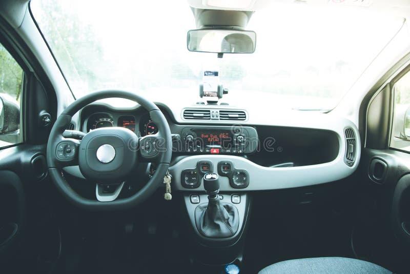 Ταμπλό αυτοκινήτων με το smartphone που χρησιμοποιείται ως φωτεινής και ηλιόλουστης ημέρα συσκευών ναυσιπλοΐας, στοκ εικόνα με δικαίωμα ελεύθερης χρήσης