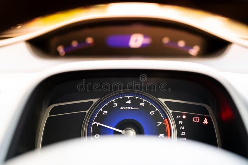 Ταμπλό μετρητών ταχύτητας αυτοκινήτων και πιλοτήριο, κινηματογράφηση σε πρώτο πλάνο στοκ φωτογραφία με δικαίωμα ελεύθερης χρήσης
