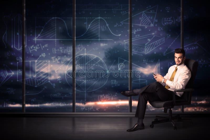 Ταμπλέτα εκμετάλλευσης επιχειρηματιών στο δωμάτιο γραφείων με τα διαγράμματα γραφικών παραστάσεων στο W στοκ φωτογραφία με δικαίωμα ελεύθερης χρήσης