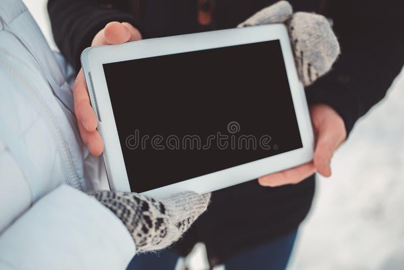 Ταμπλέτα επίδειξης ζεύγους με την κενή οθόνη για τη διαφήμιση στοκ εικόνες
